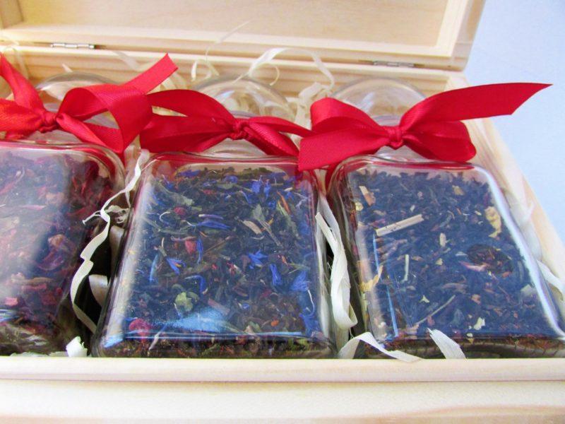 Trzy herbaty lub kawy w karafkach - drewniane pudełko - ZESTAW NA PREZENT!