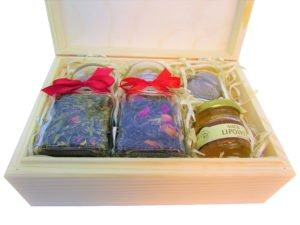 Na prezent: dwie herbaty lub kawy, miód, zaparzacz - w drewnianym pudełku
