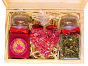 Zestaw prezentowy: miód z owocami, herbata lub kawa, serce z czekolady