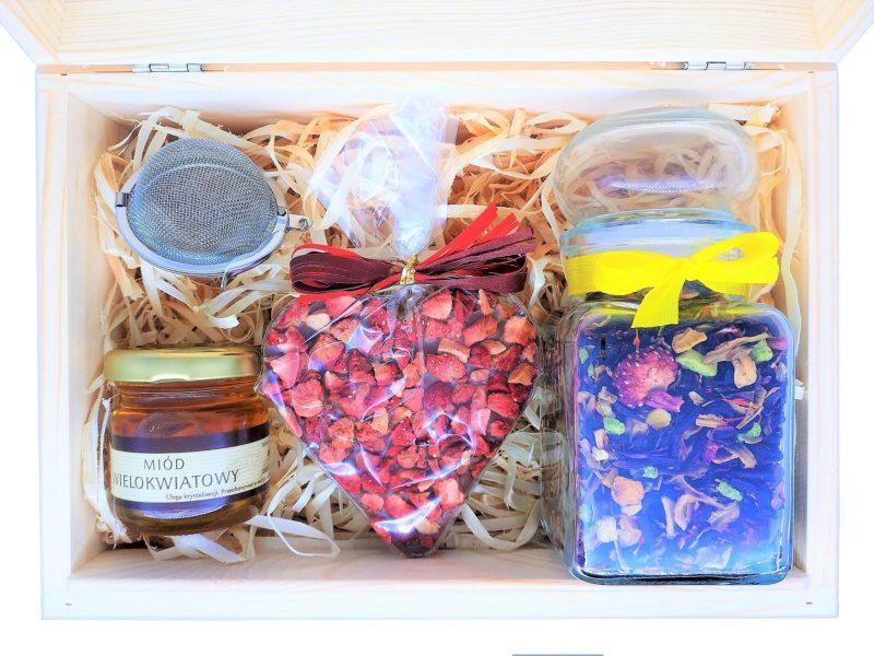 Zestaw prezentowy: herbata lub kawa, miód, zaparzacz, serce z czekolady
