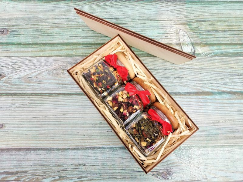 Dwie herbaty lub kawy w słoiczkach z drewnianym korkiem - DREWNIANE PUDEŁKO