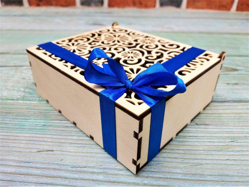 Dwie herbaty lub kawy w drewnianym pudełku ozdobnym