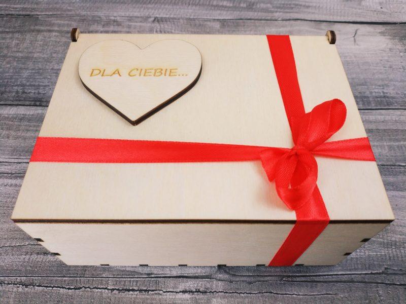 Dwie herbaty lub kawy w pudełku z grawerowanym sercem (dowolny tekst)