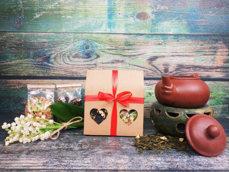 Dwie herbaty lub kawy w ozdobnej torebce z okienkiem w kształcie serca