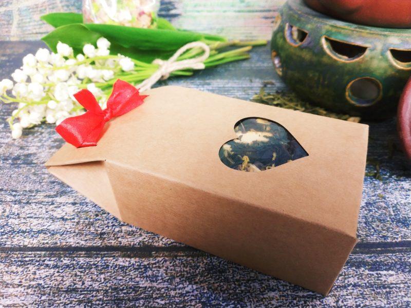 Herbata lub kawa w ozdobnej torebce z okienkiem w kształcie serca