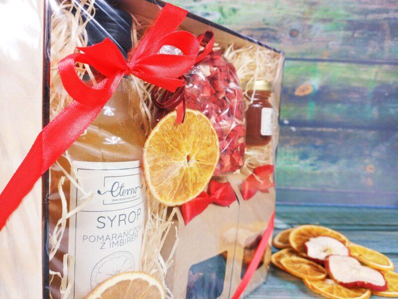 Kosz prezentowy: Dwie herbaty, syrop, serce z czekolady, miód