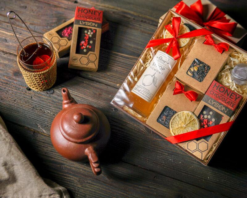 Kosz prezentowy: Dwie herbaty, syrop, czekolada, zaparzacz