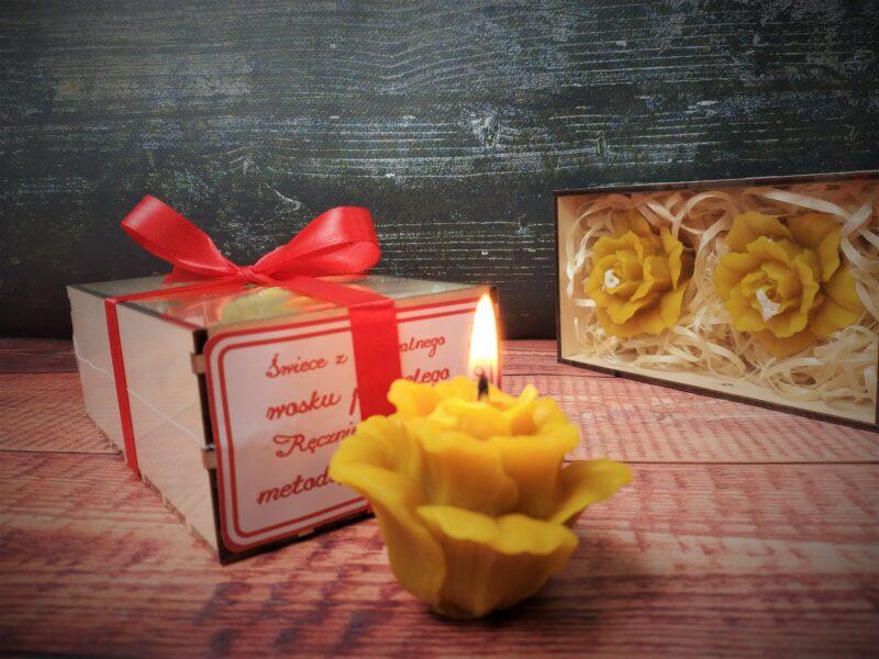 Świece z wosku pszczelego w drewnianym pudełku prezentowym